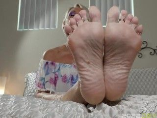 Start The Year Off Right - Jerking Off For My Perfect Feet - Nikki Ashton